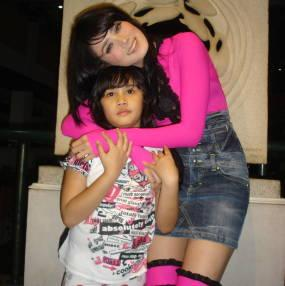 http://www.indonesiaindonesia.com/imagehosting/images/2821/large/1_Mulan_Jamela_dan_putrinya.JPG