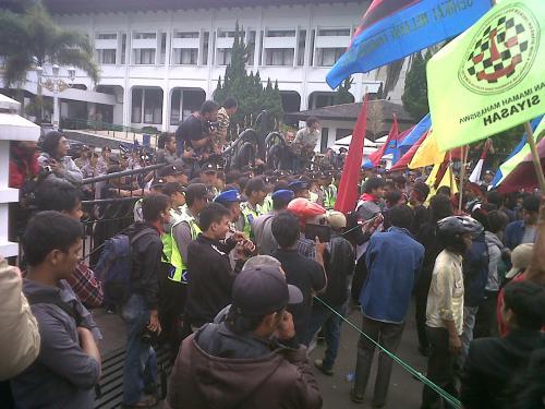 Unjuk rasa di depan gerbang Gedungsate Bandung(26/3)